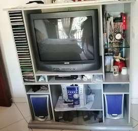Mueble con televisor y equipo de sonido