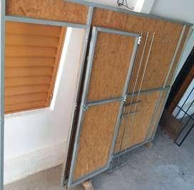 Vendo divisor de interiores de madera y metal con puerta c/bisagra