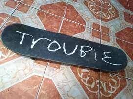 Skateboarding marca trouble Remato en buen estado