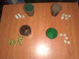 4 juegos de dados de números y letras con cubiletes.