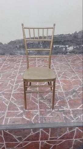 Se venden 100 sillas de metal color dorado