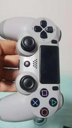 Playstation 4 con Dos controles originales 6 películas actuales y cables costosos