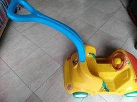 Auto de paseo para chicos Rotoys, con manija. Usado