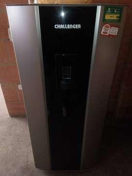 Vendo nevera Challenger franca negra en el centro de escarcha con filtro de agua totalmente nueva