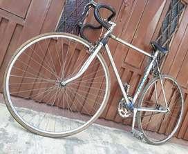 Se vende bicicleta semi carrera clásica en muy buen estado, lista para rodar.