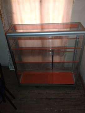 Una vitrina de aluminio de un metro color naranja $ 170000