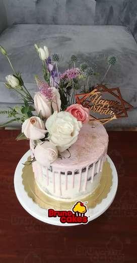 NAKED DRIP CAKE