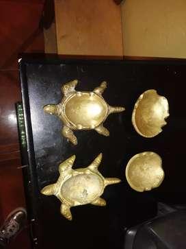 Ceniceros en forma de tortugas de bronce