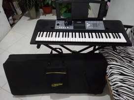 Piano Yamaha E 233 con base y estuche... Buen estado.