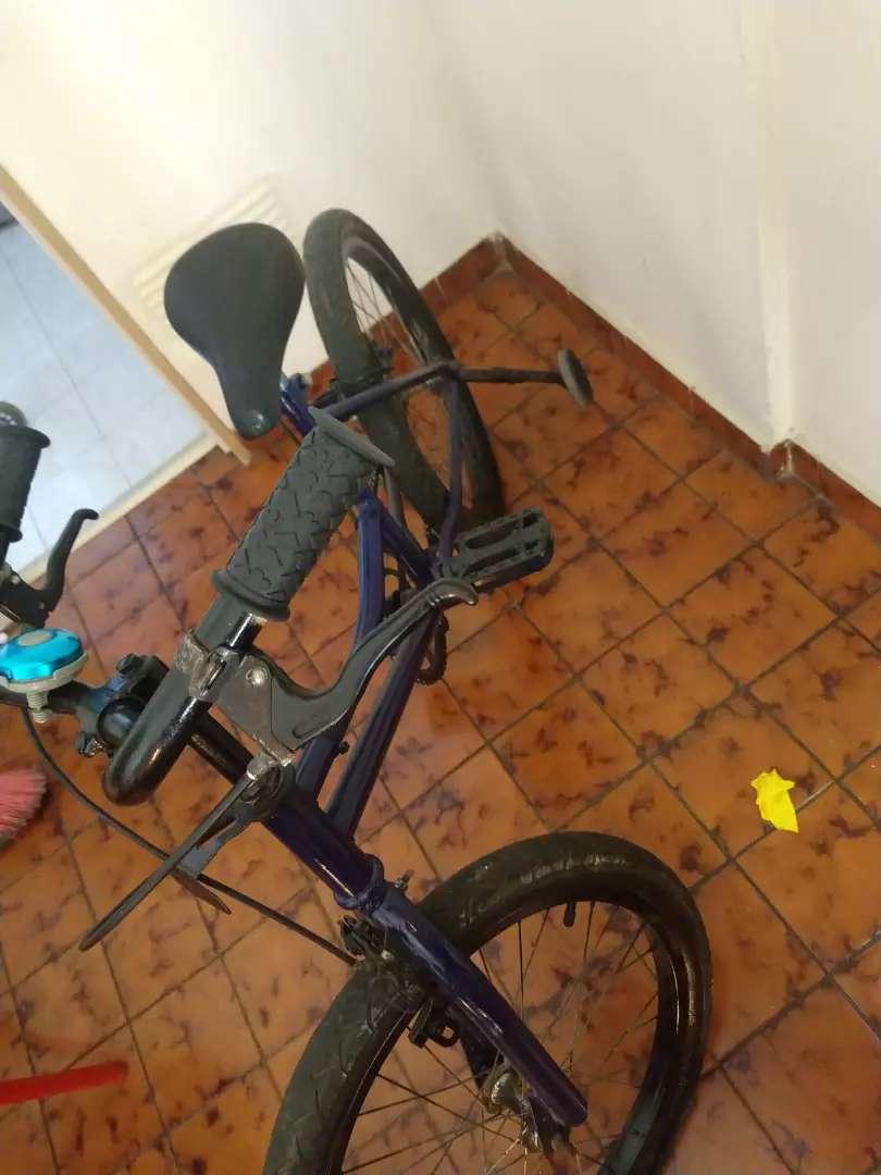 Vendo bicicleta con casco rodado 16