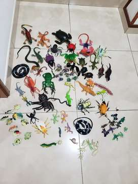 Vendo curiosa colección de insectos, serpientes, dragones y dinosaurios de caucho/plástico, usados en muy buen estado.