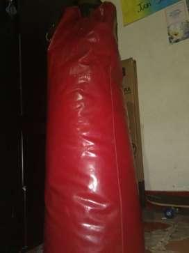 Se vende saco de boxeo con 2 pares de guantes