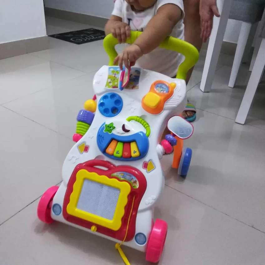 Caminador bebé con música y accesorios casi nuevo 0