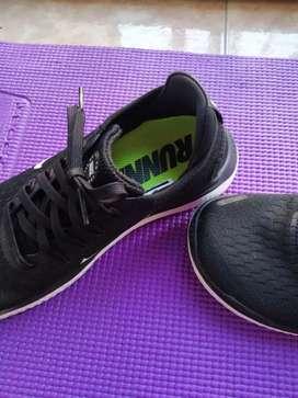 A la venta hermosos zapatos NIKE con poco uso talla 5.5 originales