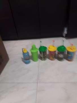 Se venden vasos con pitillos para niños.
