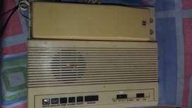 Radio reloj antiguo en forma de telefono internacional