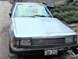 El auto es un modelo mazda  del año 1988 , de un motor reparado recientemente , apreciando su antiguedad clasica .