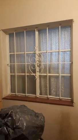 Puerta de frente y ventana de abrir para adentro con rejas incluidas