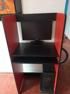 Se venden computador y escritorio con silla.