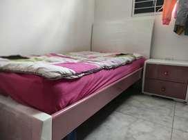 Cama individual en madera/colchón y mesa de noche