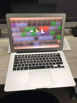 MacBook Air 13.3'' Intel Core i5, 4 GB de RAM, 128 GB de almacenamiento