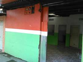 Casa en venta con local frente a puerta consulta externa Hospital Guayaquil