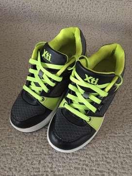 Zapatillas importadas con rueditas, usadas