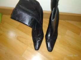 Bota zapato de color negro forma de punta