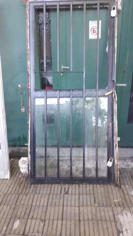 Puerta de hierro con vidrio de 94cm de frente