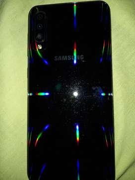 vende o cambio por iphone samsung galaxy a50 de 64gb con forro mica audífonos y cargador originales