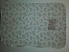 Colchon para paracticuna en buen estado con la mancha de la etiqueta. Medidas  95 x 60