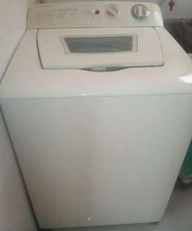 Lavadora Electrolux, 26 libras. Usada