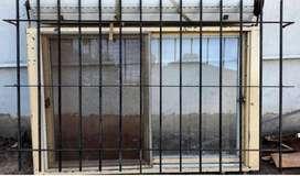 ventana de chapa con reja  alto: 1,10m  ancho: 1,75m  2 hojas corredizas con vidrio  mosquitero  persiana plástica  reja