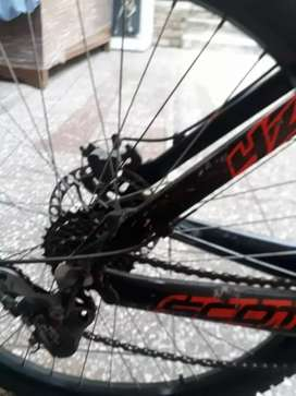 Bicicleta Scott, preparada para competición en momtaña
