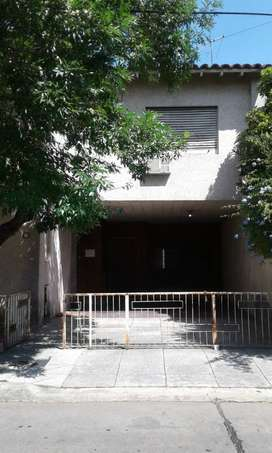 Casa 2 plantas con garage, patio, parque y parrilla