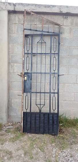Puertas metálicas y baranda