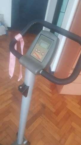 Bicicleta fija con variador de peso y display