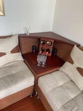 Sala grande, dos muebles en forma de L, un individual,dos auxilires y bar esquinero