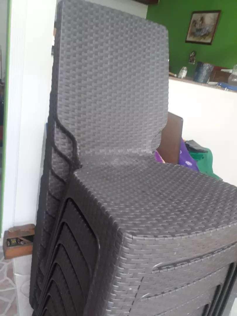 Juego de mesa + 4 sillas plasticas 0