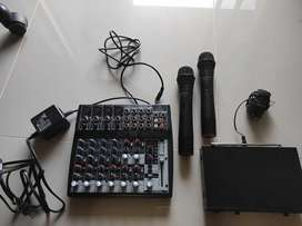 Kit Consola Behringer y Microfonos Takstar ( 2 microfonos) como NUEVO