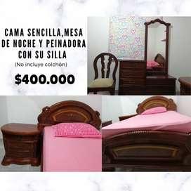 Cama en cedro, con mesa de noche y peinadora con silla