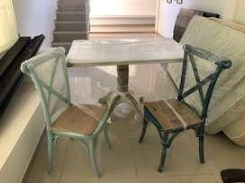 vendo mesa comedor 4 puestos de segunda recién pintada como nueva + 2 sillas comedor nuevas de madera