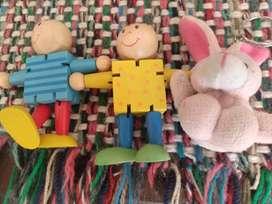 Llaverito y dos muñecos madera