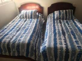 Vendo juego de camas sencillas de madera con colchon como nuevas