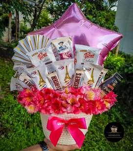 Canasta de dulces y flores