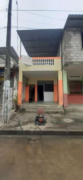Casa con local comercial y terraza