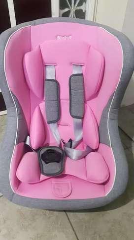Asiento de carro para niña en buen estado