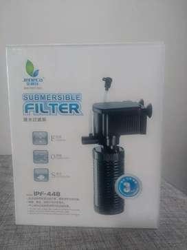 Bomba sumergible con filtro para acuario filtra y oxigena el agua.