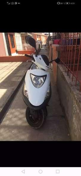 Moto honda elite color blanco y lila