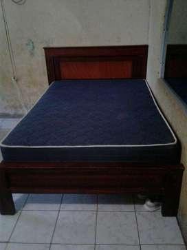 Cama y colchón en ventanegociable)